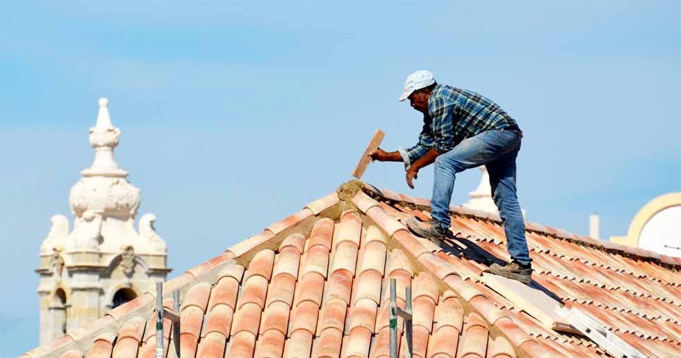 roof contractor fixing roof